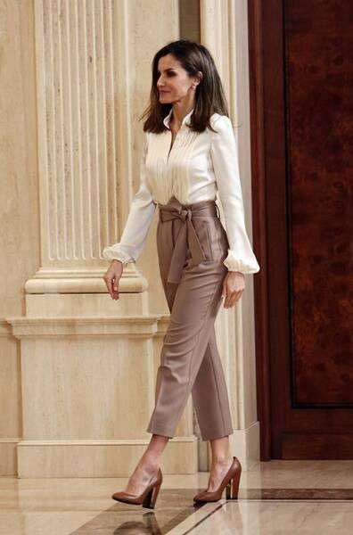 Look semiformal de mujer con pantalon de vestir beige