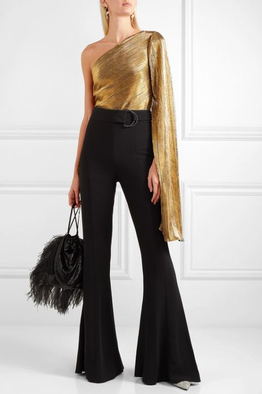 Top dorado con pantalon de vestir para coctel