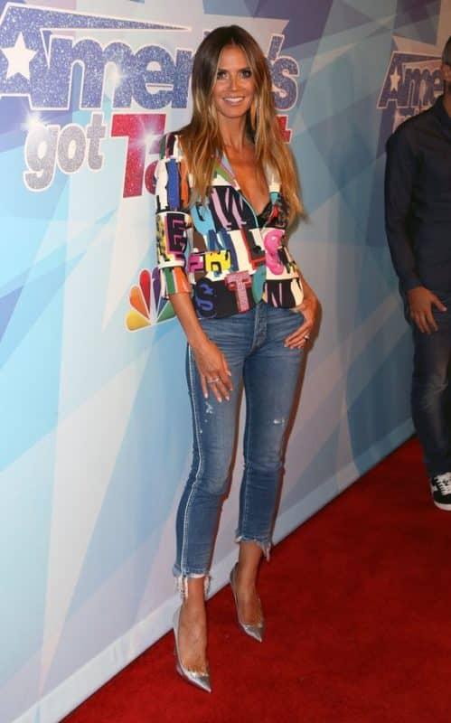 jeans y saco de colores look noche casual