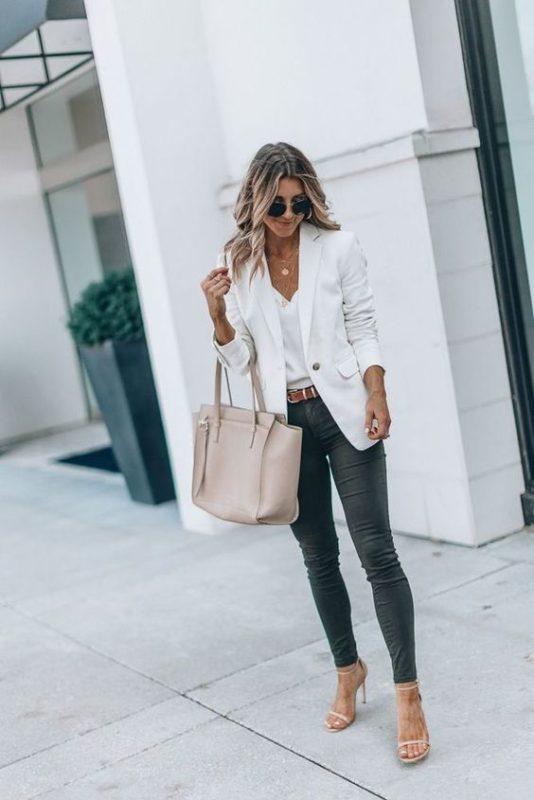 look casual elegante con jeans y blazer blanco