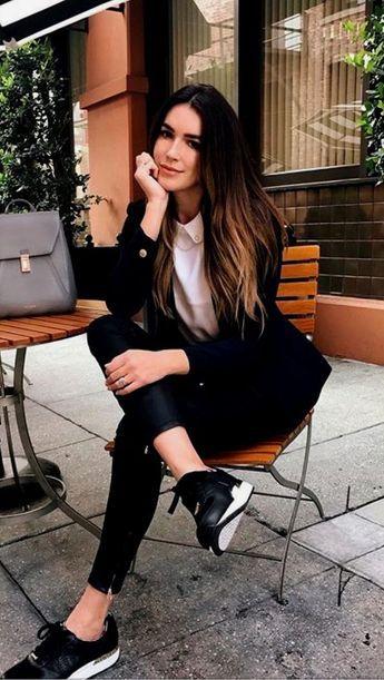 zapatillas y jeans look noche casual