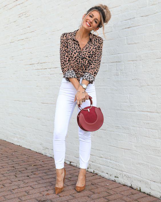 jeans blanco con camisa animal print