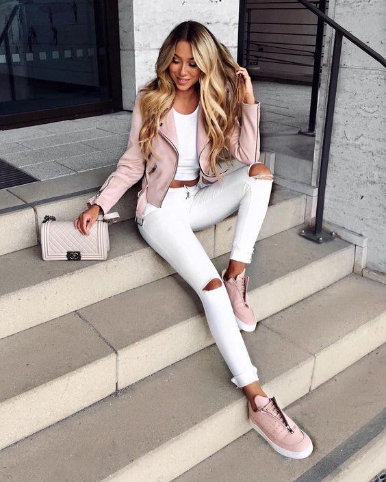 jeans blanco y campera cuero noche