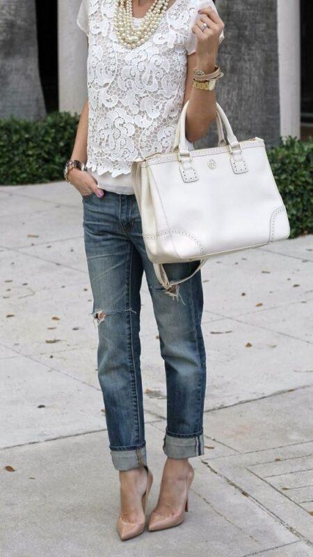 jeans roto y blusa blanca noche