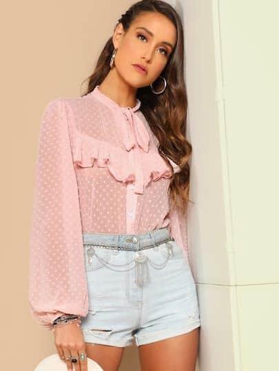 blusa de gasa rosa con short de denim para cena informal con amigas en verano