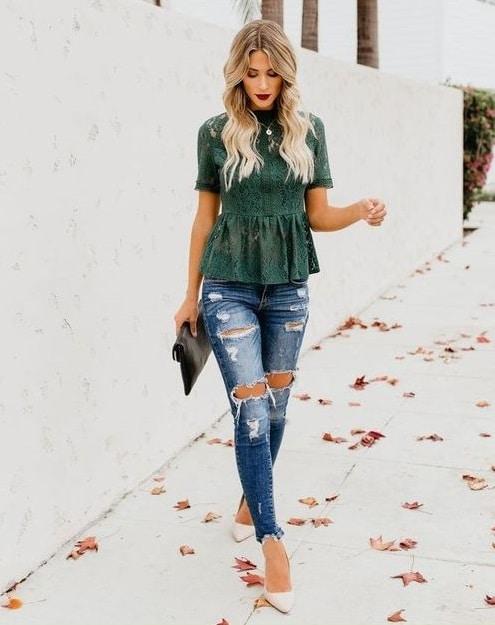 blusa encaje verde mangas corta con jeans rotas para cena informal