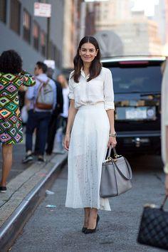 falda plisada blanca con camisa