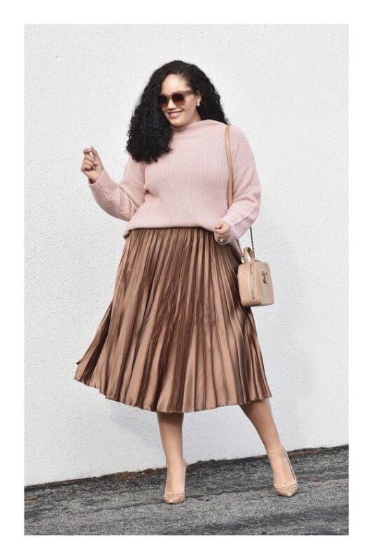 falda plisada y sweater talla grande