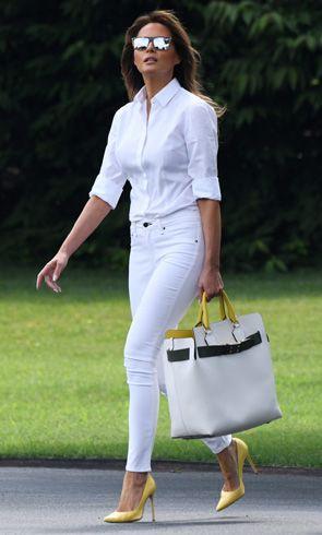 look basico con jeans blanco y accesorios amarillos