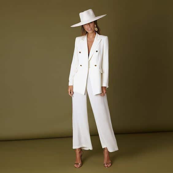 look blanco con traje para mujer