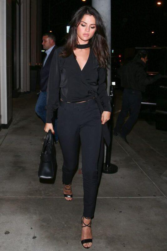 look para la noche con pantalon y blusa negra