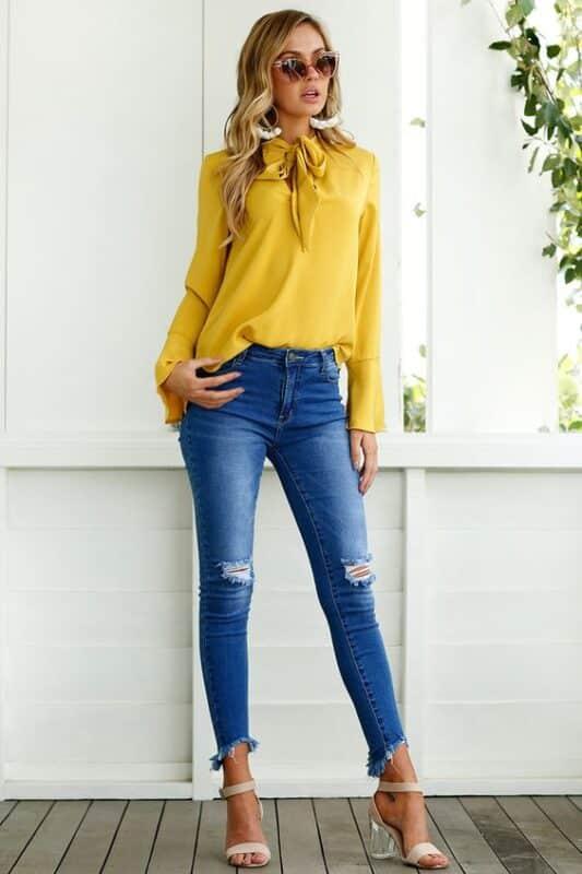 musa mangas largas de saten con jeans look informal cena