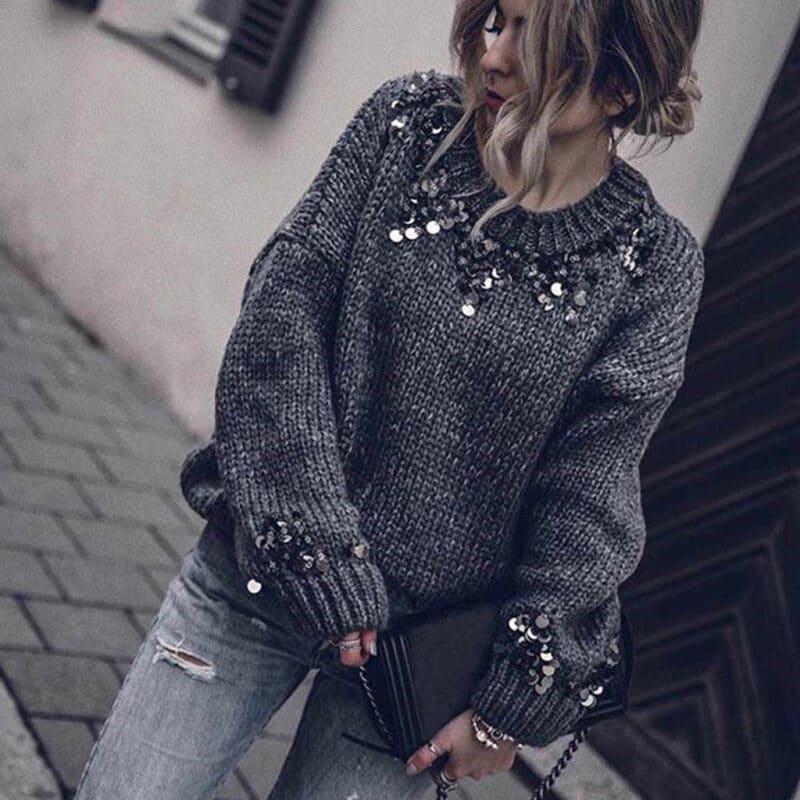 sweater gris con apliques de lentejuelas