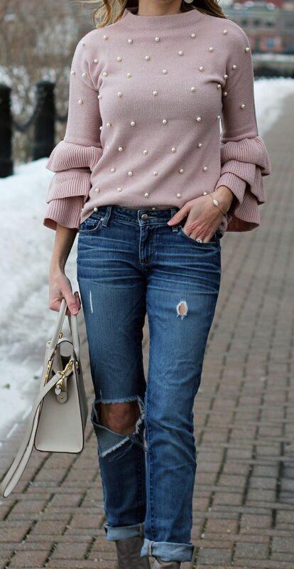 sweater tejido rosa con apliques de perlas y volados