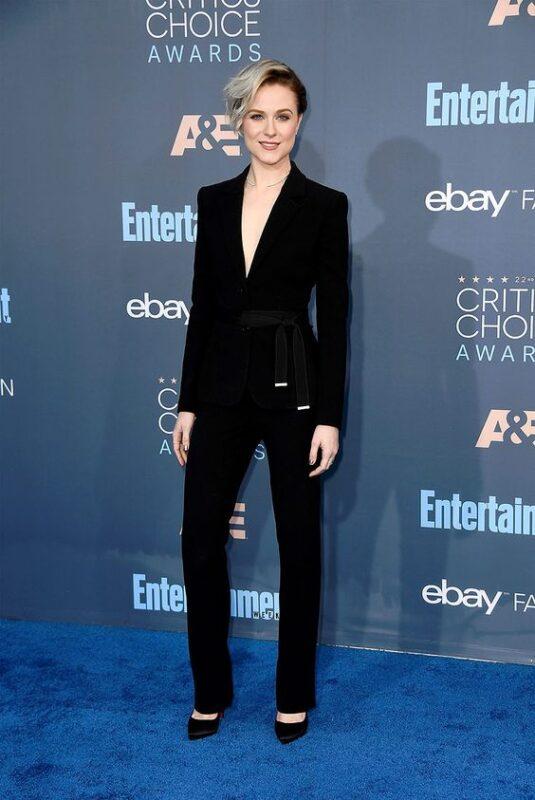 traje negro moderno mujer