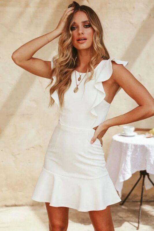 vestido blanco ajustado con volados