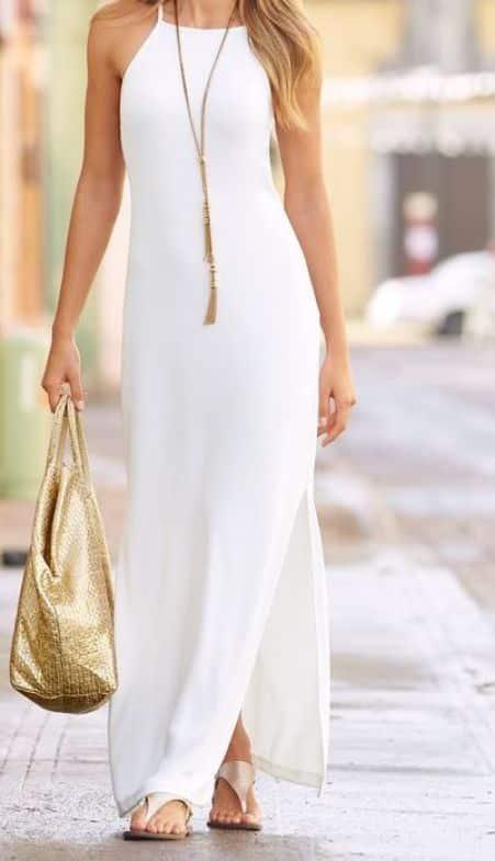 vestido blanco estilo tunica con accesorios dorados