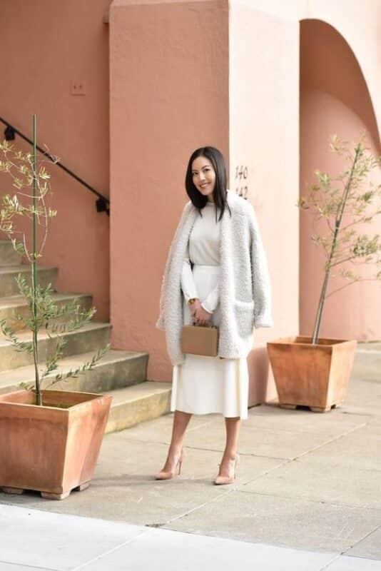 vestido blanco midi con abrigo noche de invierno