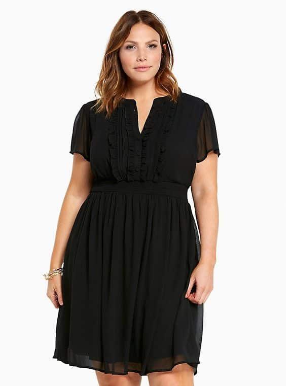 vestido corto negro para una noche infomal