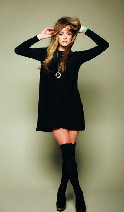vestido negro con botas largas