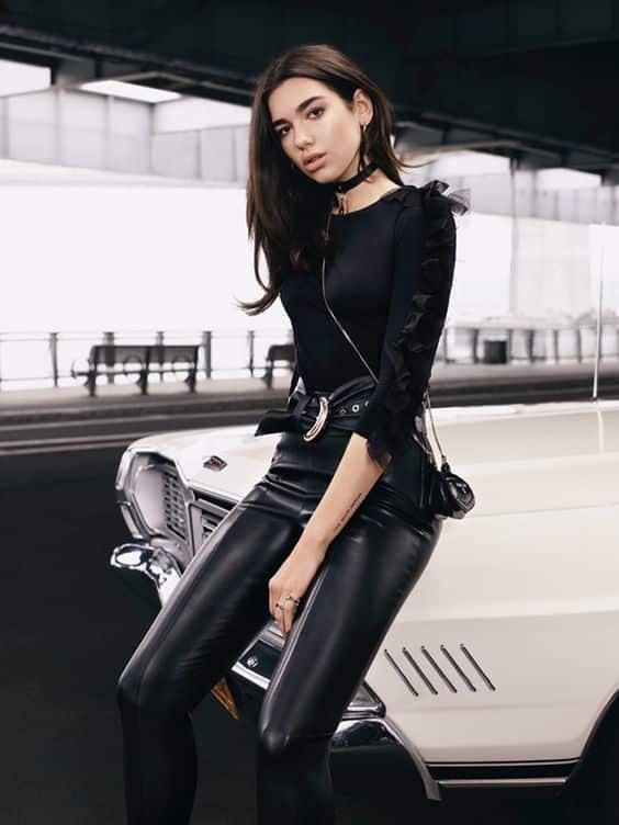 blusa negra y pantalon engomado