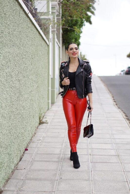 look con pantalon engomado rojo