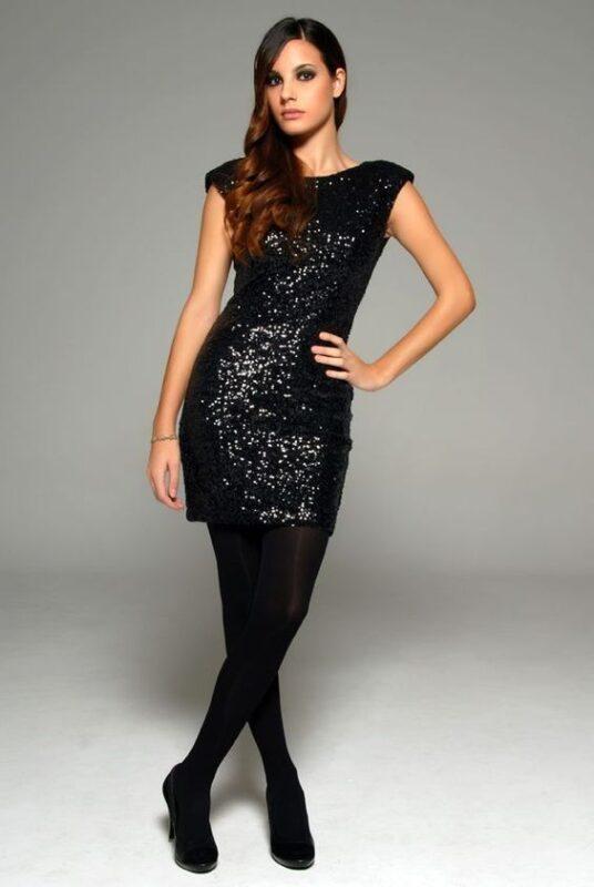 Vestido corto de lentejuelas negras con medias negras