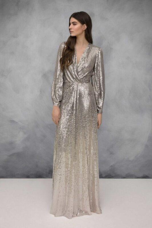 vestido largo con mangas con lentejuelas plateadas