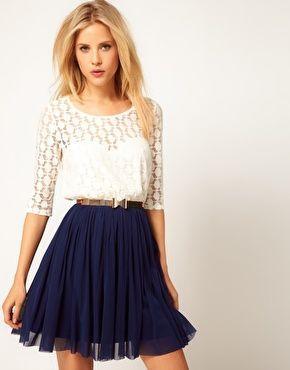look noche con falda plisada azul