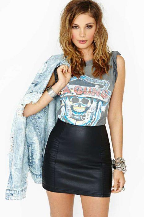 look para la noche con minifalda de cuero y remera rock