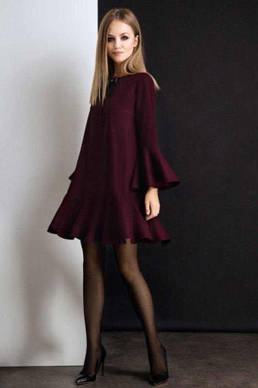 Vestido corto bordo con medias negras para noche de invierno
