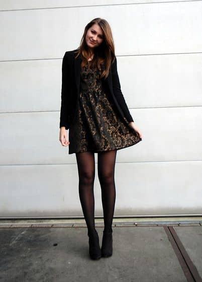 Vestido corto con medias para noche de invierno