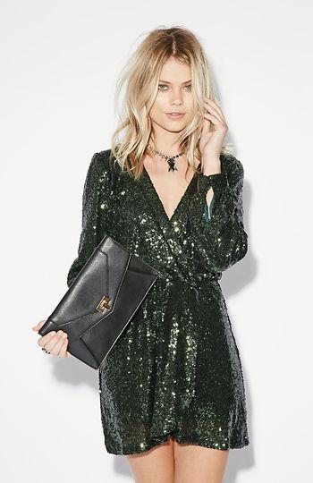vestido de lentejuelas corto elegante con magas para noche de invierno
