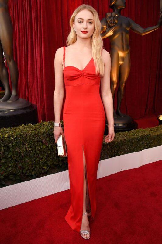Vestido rojo con sandalias plateadaselegantes