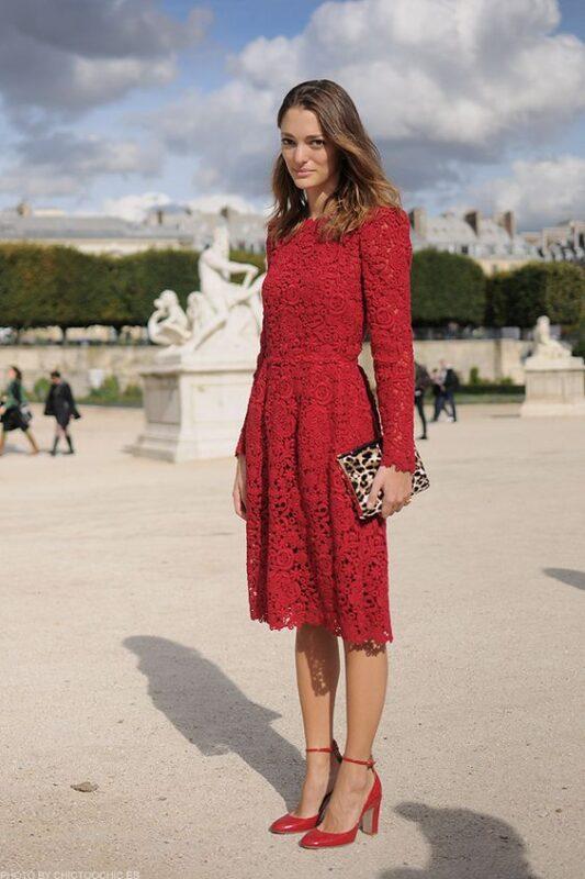 Vestido rojo con zapatos rojos
