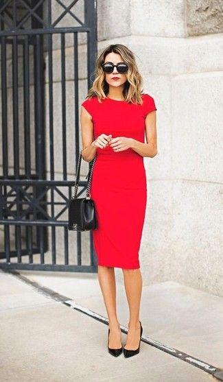 Vestido rojo con zapatos y accesorios negros