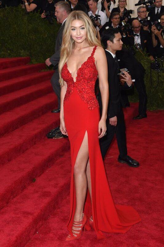 Vestido rojo elegante con zapatos rojos