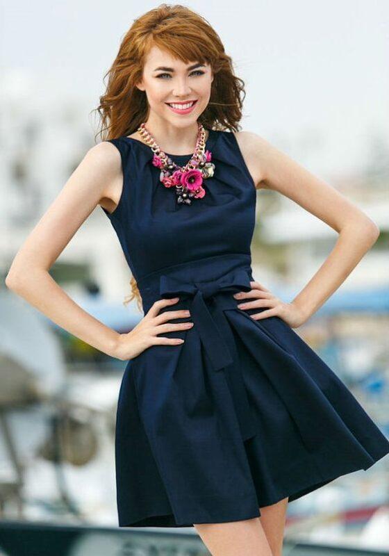 vestido azul con accesorios fucsia