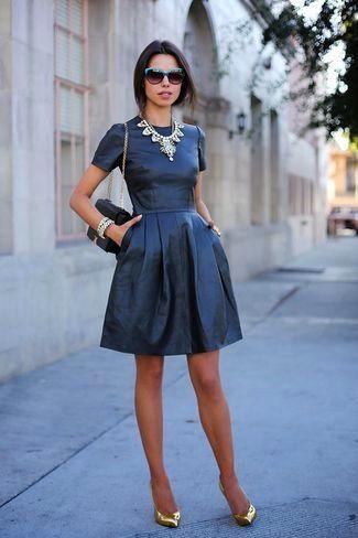 vestido azul con accesorios metalizados