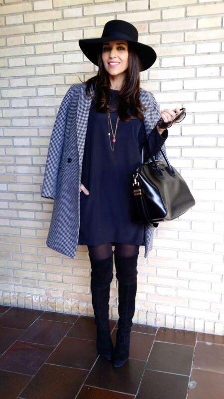 vestido azul con accesorios negros