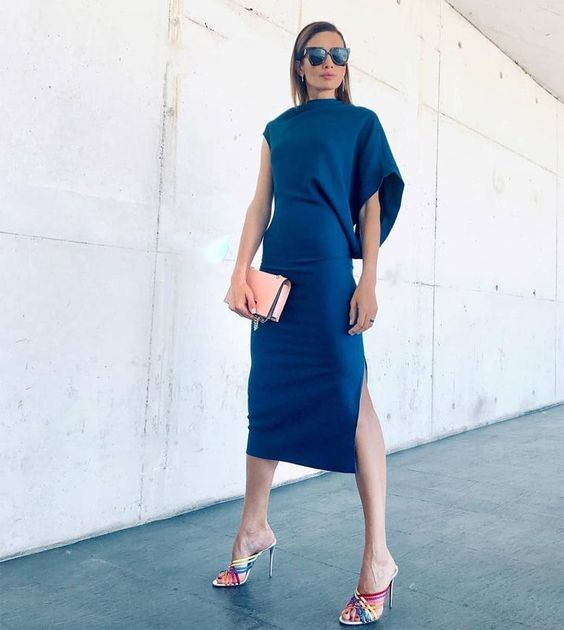vestido azul con accesorios rosa