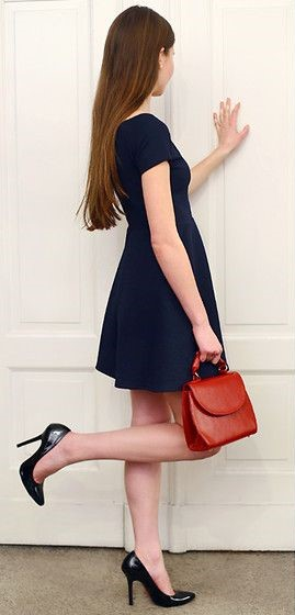 vestido azul con cartera roja