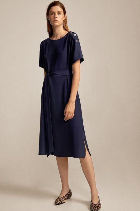 vestido azul con zapatos animal print