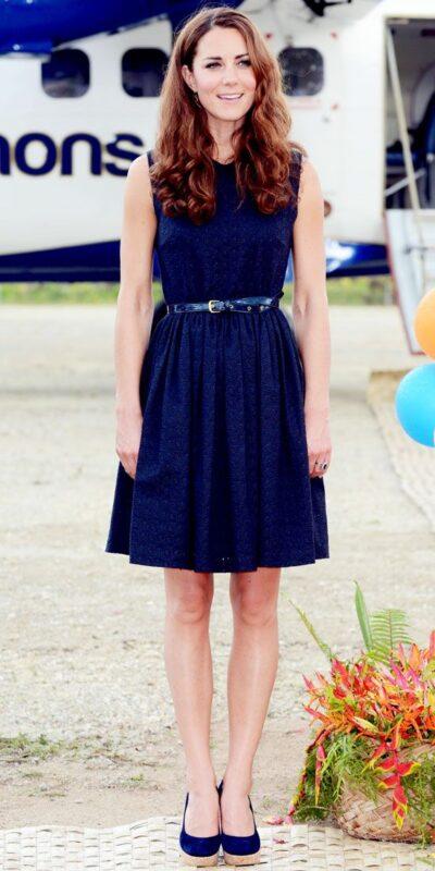 vestido azul con zapatos azules