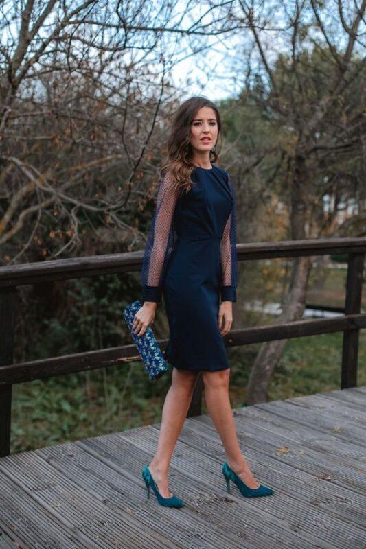vestido azul con zapatos turquesa