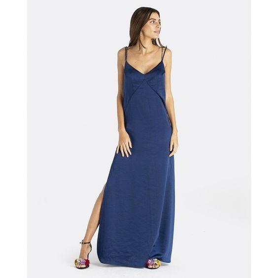 vestido azul oscuro con sandalias de colores