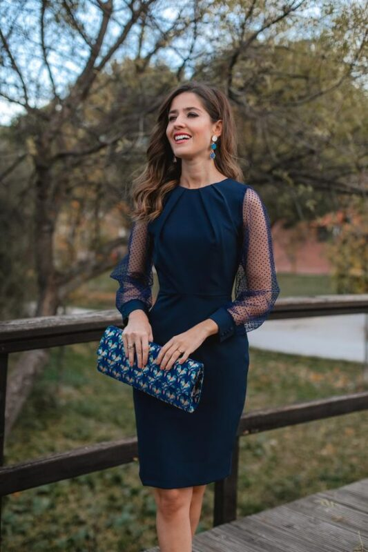 vestido azul y cartera turquesa