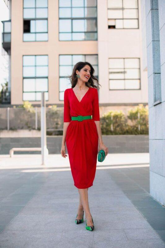 vestido rojo con accerios y zapatos verdes
