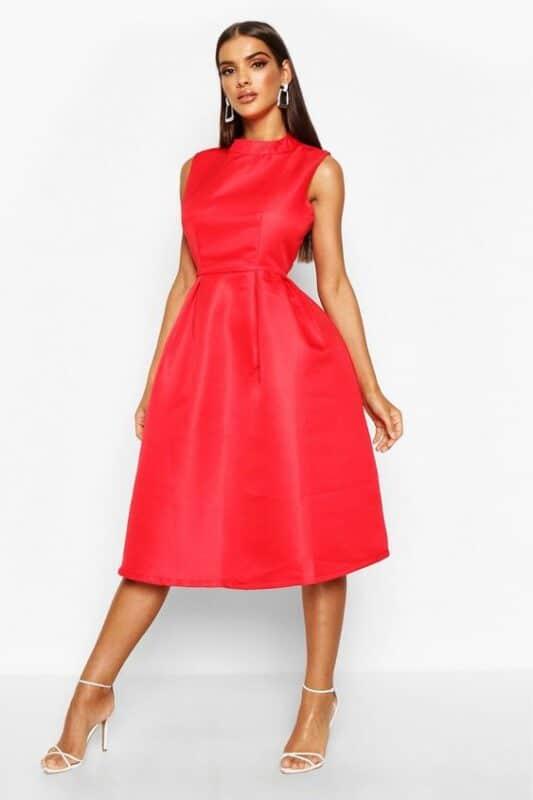 vestido rojo con sandalias blancas