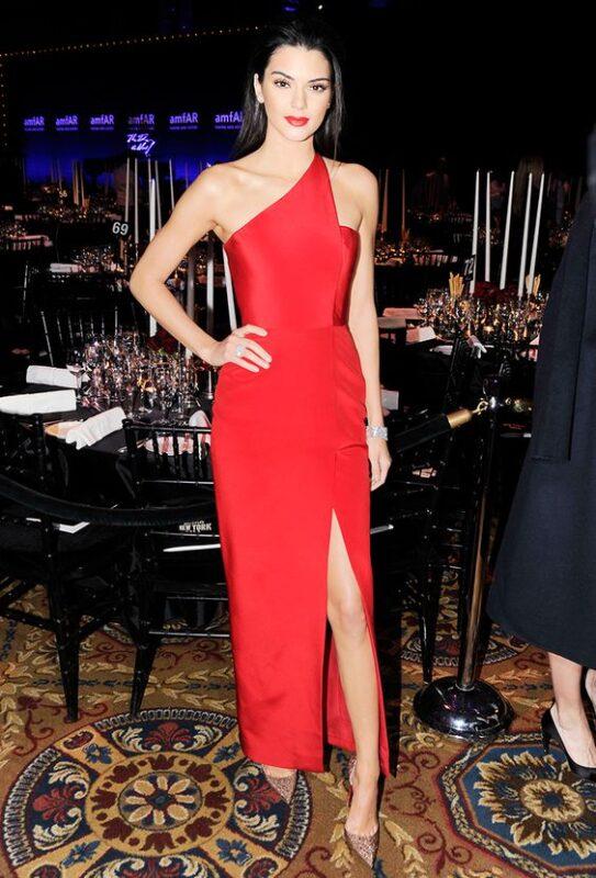 vestido rojo con zapatos beige